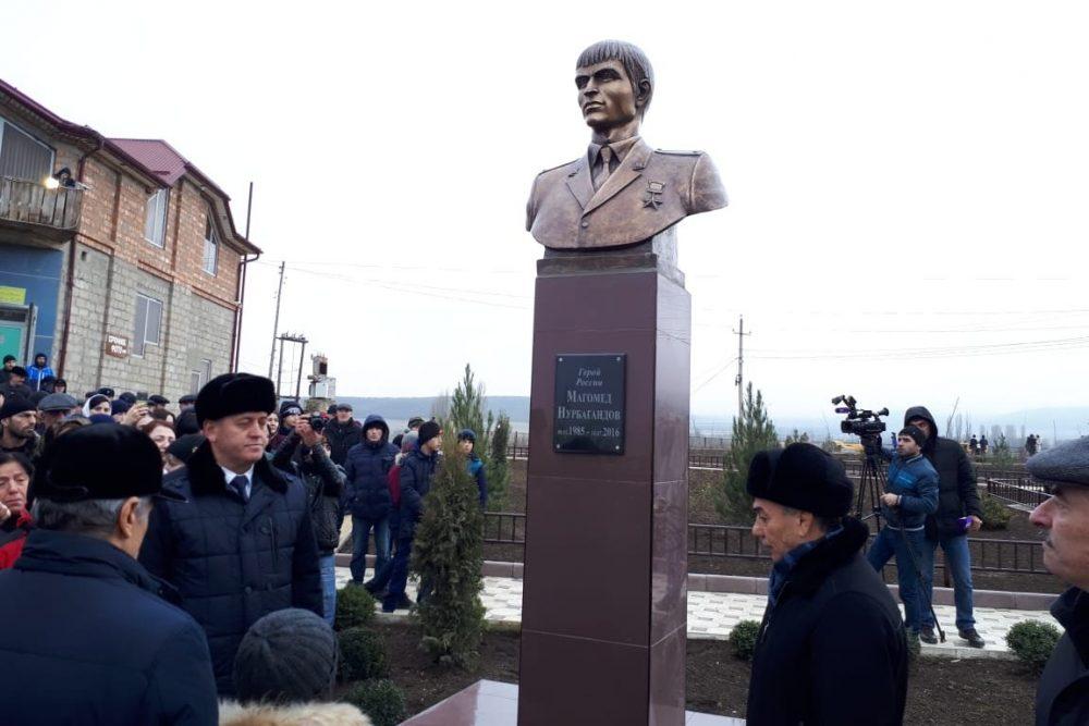 В Дагестане установили бюст Героя России Магомеда Нурбагандова