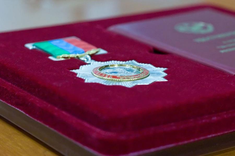 Глава Дагестана наградил спасителей девочки, выпавшей с пятого этажа