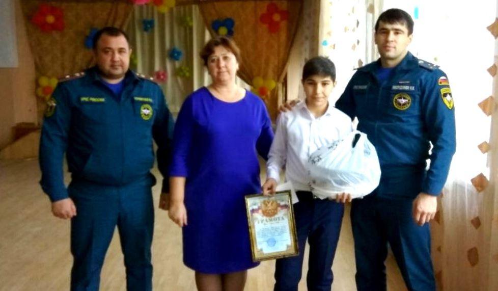 Глава Дагестана поощрил школьника, спасшего мать