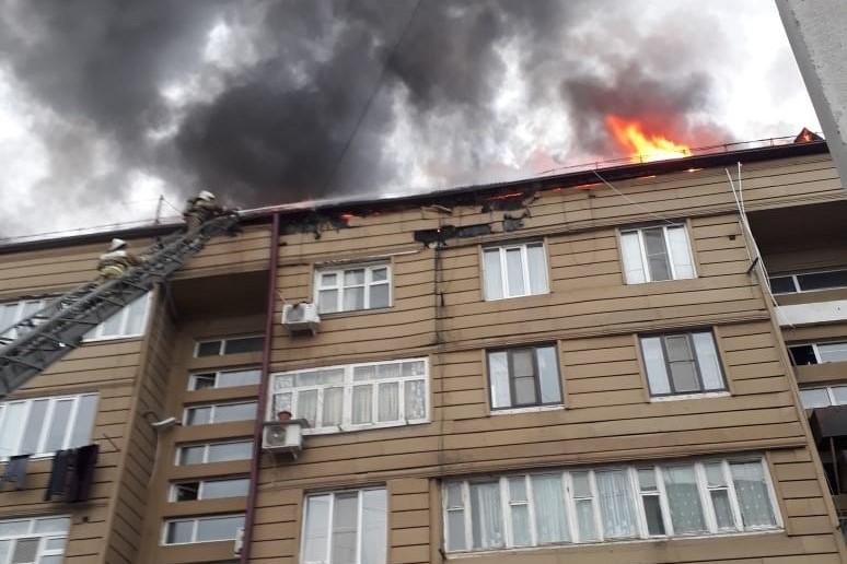 В Дербенте загорелась крыша жилой многоэтажки