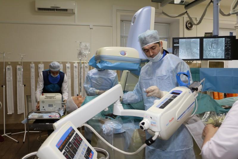 В Дагестане впервые провели эндопротезирование аневризмы брюшной аорты