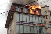 В Махачкале горит мансардный этаж пятиэтажного дома