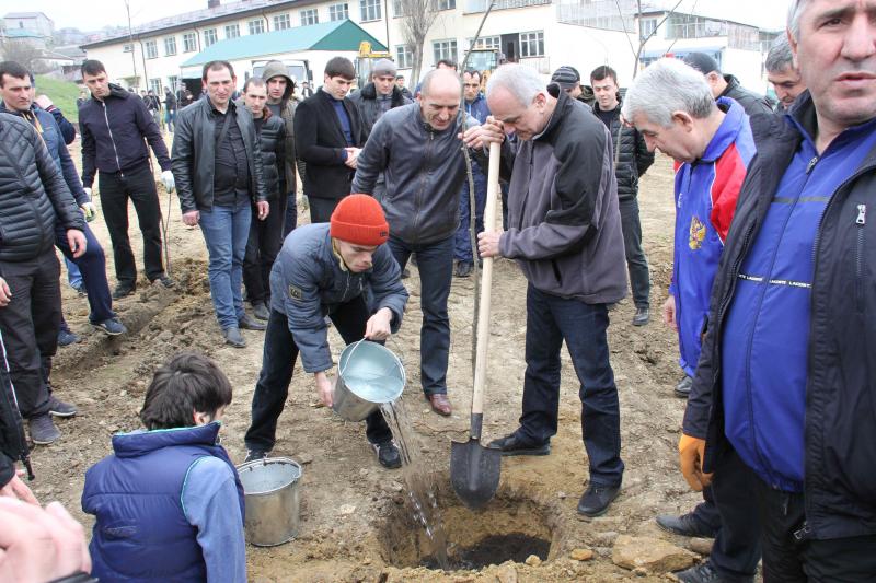 Сотрудники МВД Дагестана высадили на территории интерната будущий сад