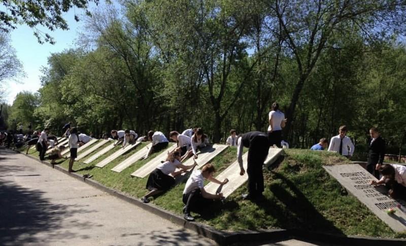 В Дагестане провели акцию по благоустройству воинских захоронений и памятников