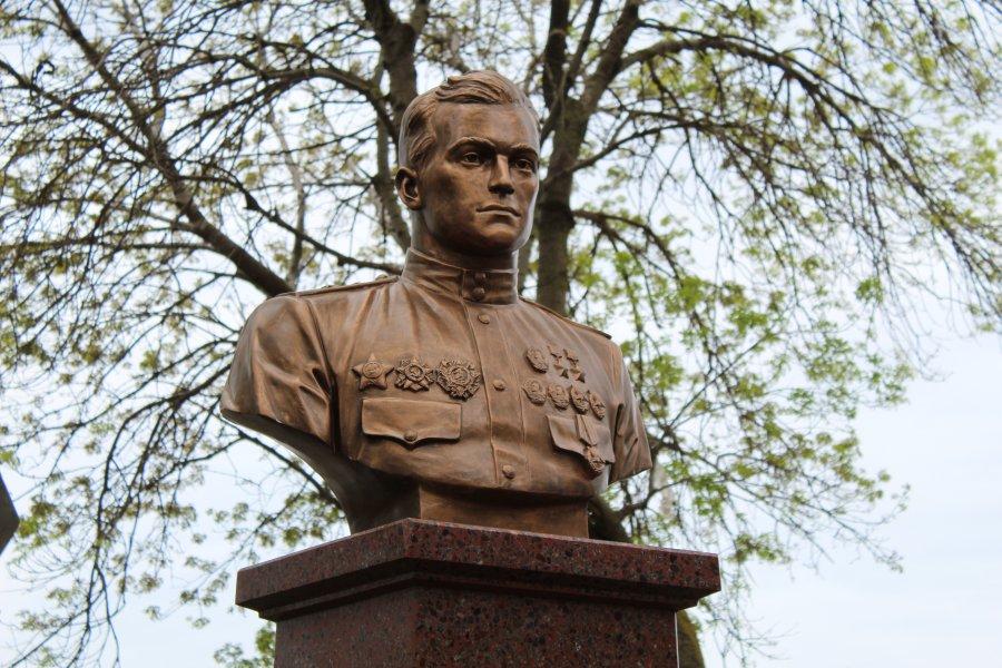В Севастополе установлен бюст Амет-Хана Султана