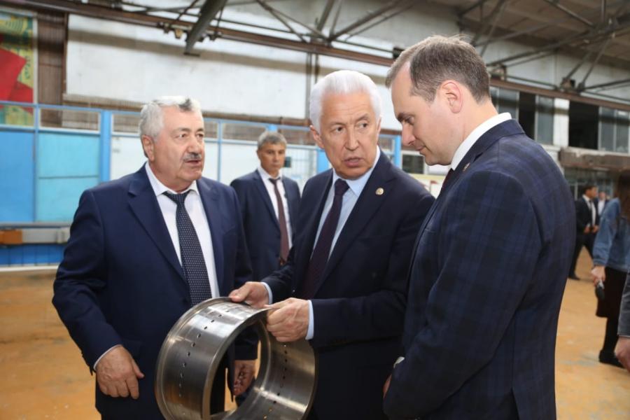 Владимир Васильев посетил ряд предприятий в Кизляре