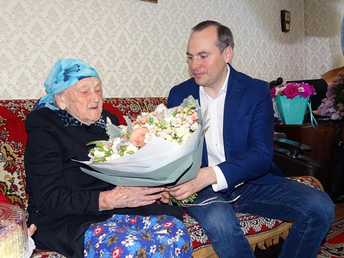 Премьер-министр Дагестана поздравил со 100-летием блокадницу Тамару Таркнаеву