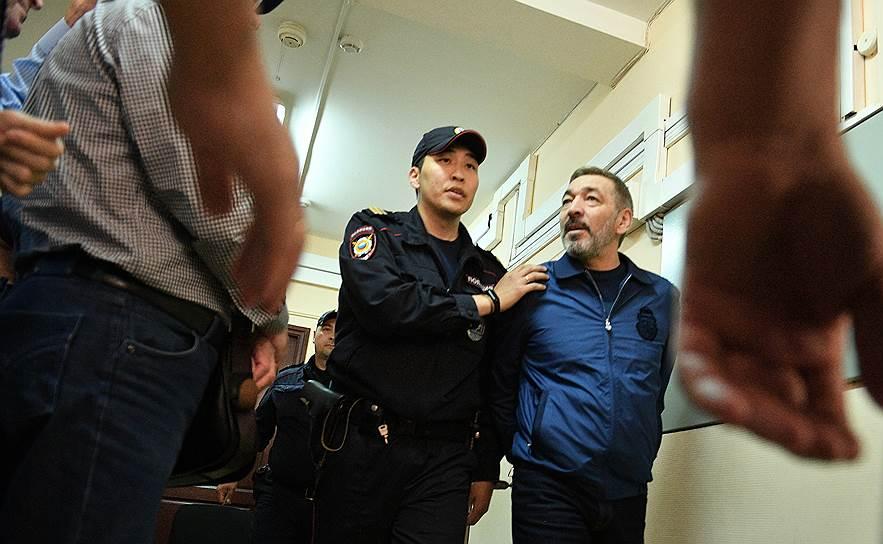 «Коммерсантъ»: повестку в суд Абдулатипову вручат адвокаты. Из уважения