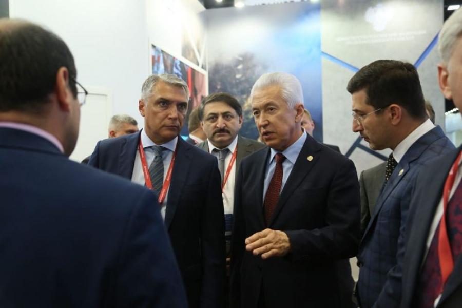 Владимир Васильев посетил объединенный стенд «Кавказский дом»