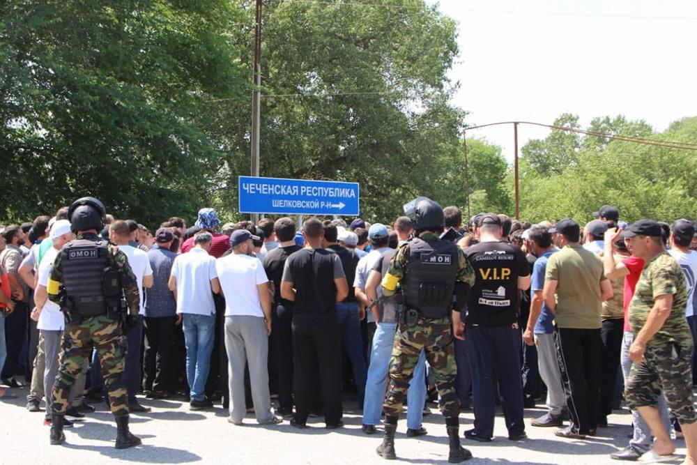 У спорного знака на границе Чечни и Дагестана были задержаны 19 человек