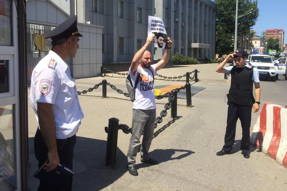 В Махачкале доставлен в полицию бывший главный редактор «Молодежи Дагестана»