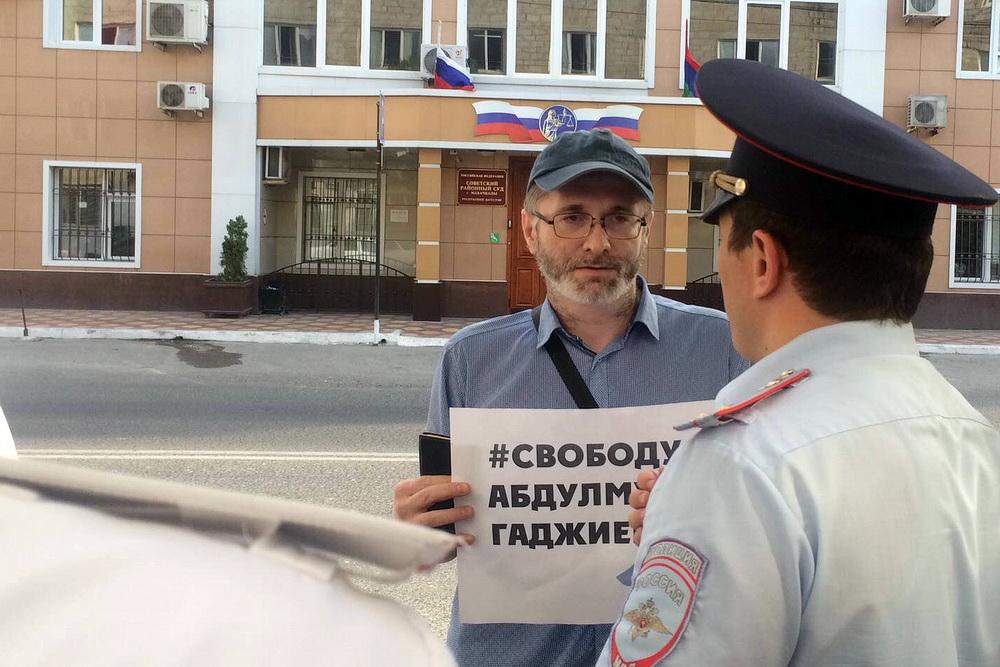 Группа поддержки задержанного журналиста «Черновика» провела пикеты у здания суда