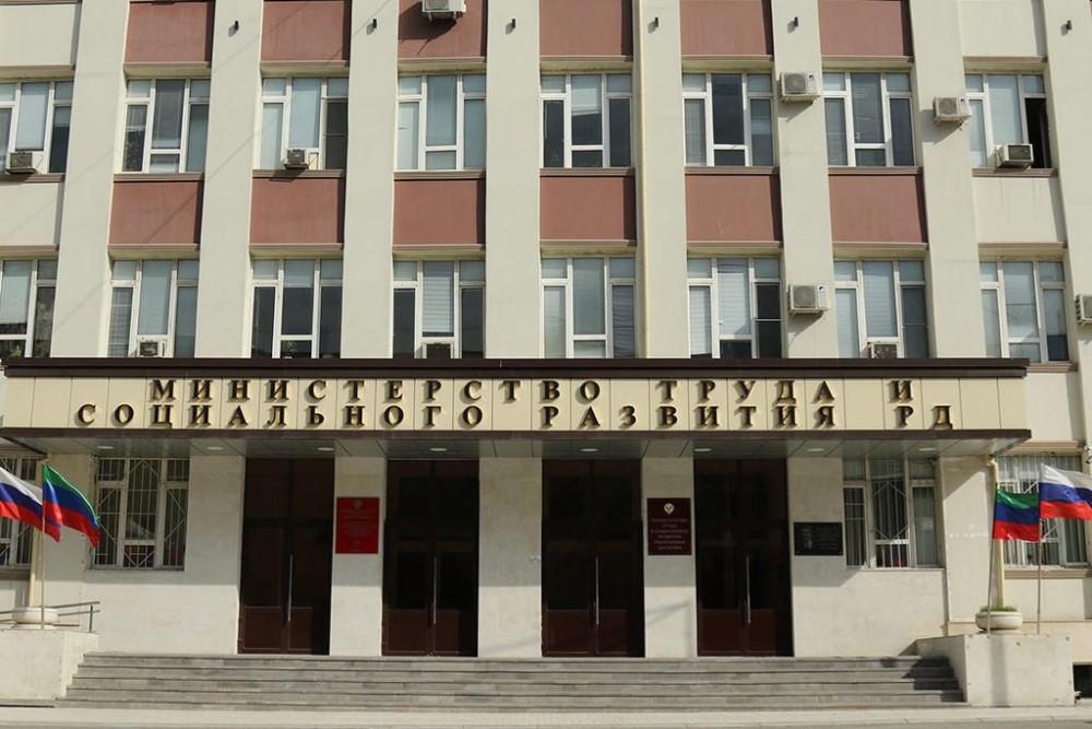 В Дагестане около 600 соцработников получили стимулирующие за работу в особом режиме