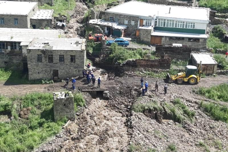 Спасатели устраняют последствия ливня с градом, прошедшего в селе Чираг (ФОТО)