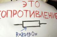 Участник монстрации в Махачкале потребовал вернуть ему отобранный полицейскими плакат