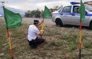 Сотрудники ГИБДД установили вдоль трассы на Буйнакском перевале зеленые флажки