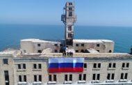 Спасатели Дагестана вывесили флаг России на здании 8-го цеха в Каспийском море (ФОТО)