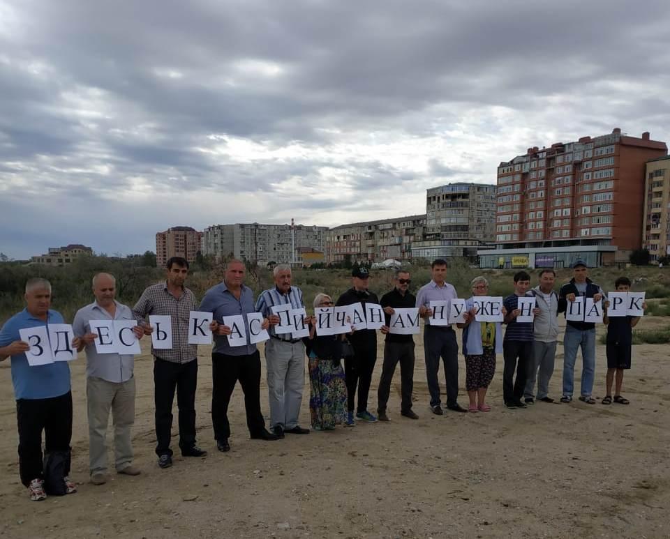 Жители Каспийска провели пикет против строительства отеля на набережной. Мэрия утверждает, что строит «стену»