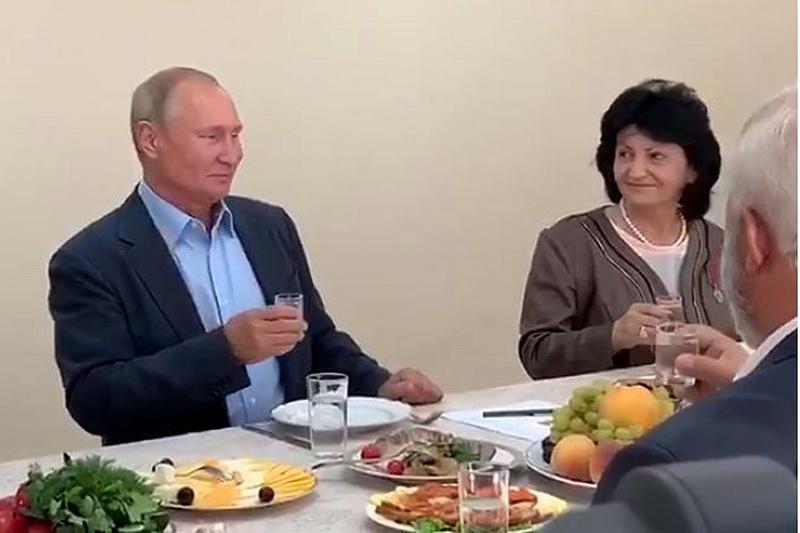 Путин выпил рюмку водки с ополченцами в Ботлихе