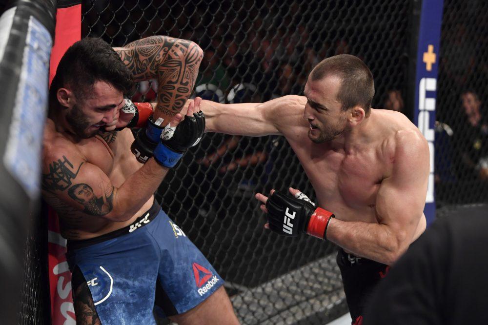 Муслим Салихов одержал третью подряд победу в UFC