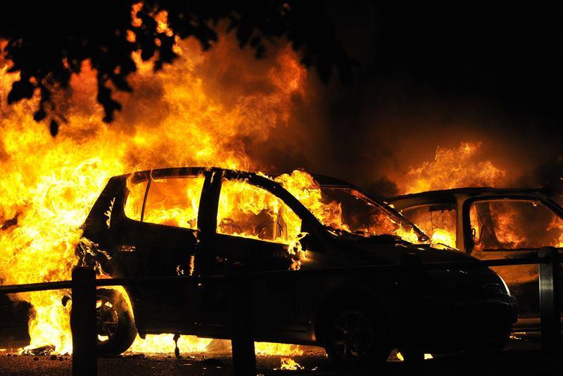 На парковке в Махачкале сгорели шесть автомобилей