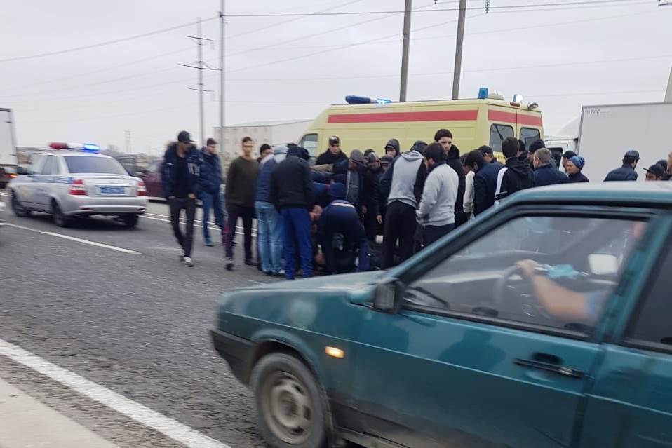 На окраине Махачкалы под колесами машины погиб пешеход