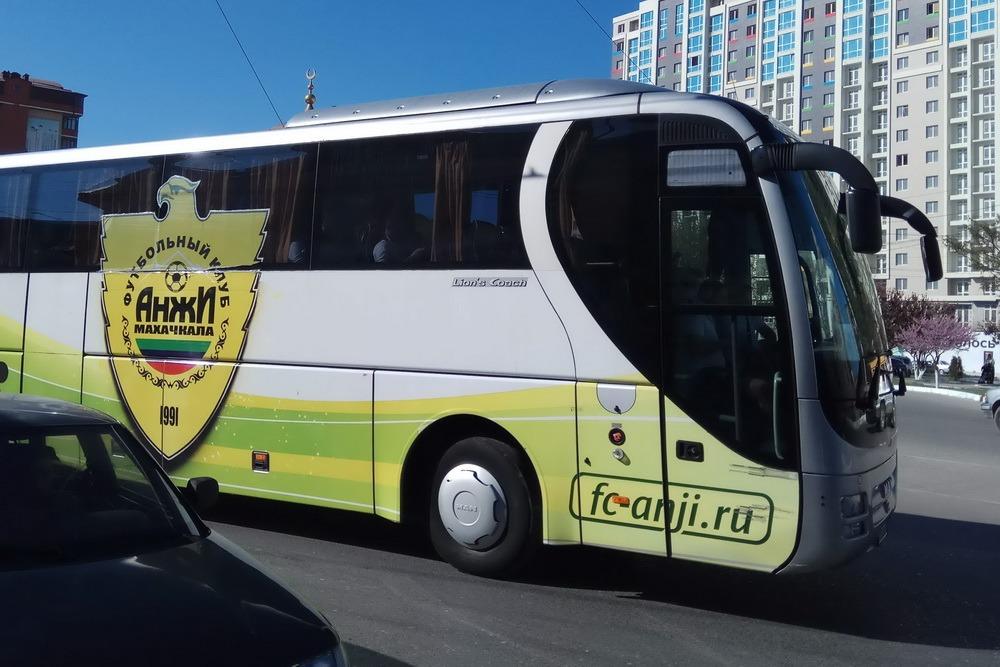 На весь транспорт футбольного клуба «Анжи» из-за долгов наложен арест