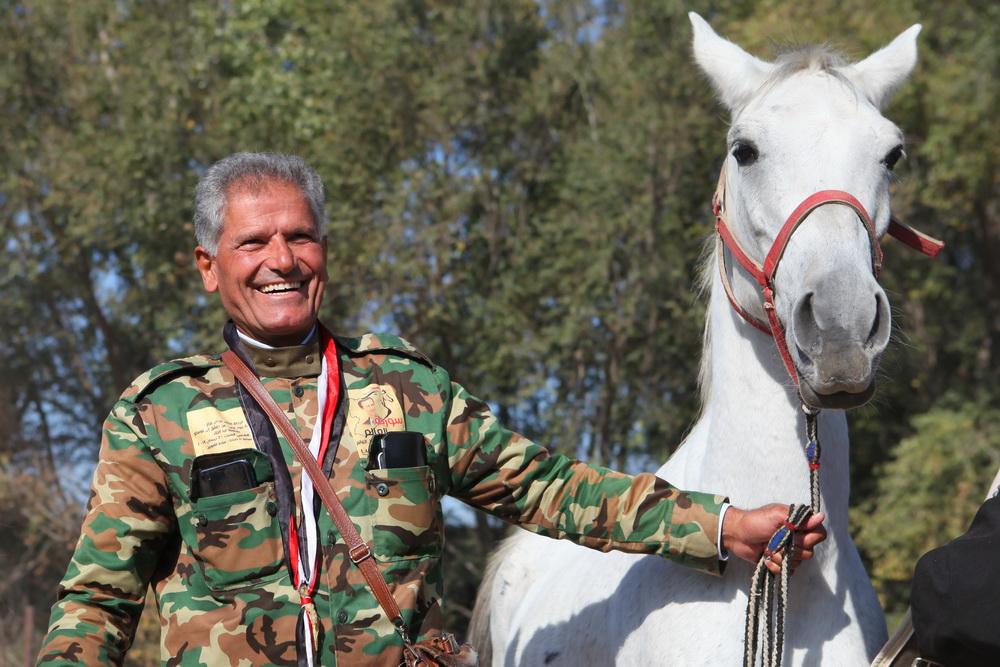 Ржачный подарок. Президенту ведут лошадь из Сирии