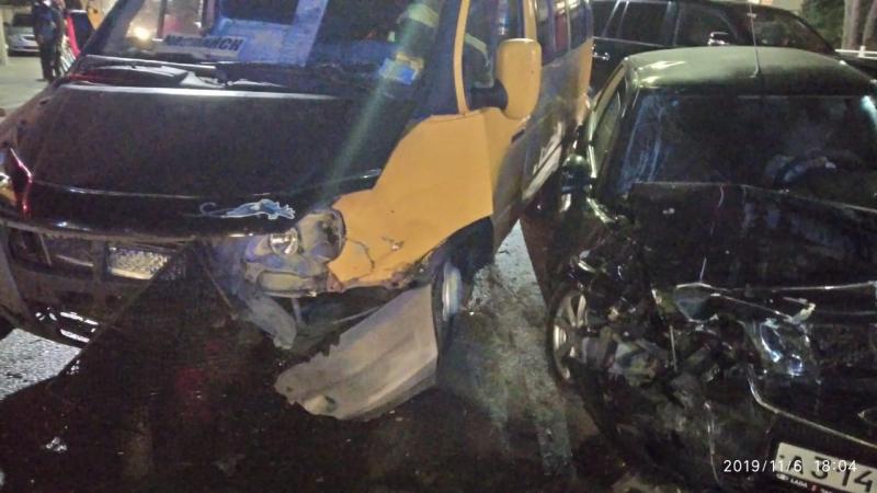 Два человека остаются в больнице после ДТП с участием маршрутки