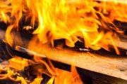 На рынке в Махачкале сгорели около 20 торговых контейнеров