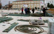 На главной площади Махачкалы начата установка новогодней елки