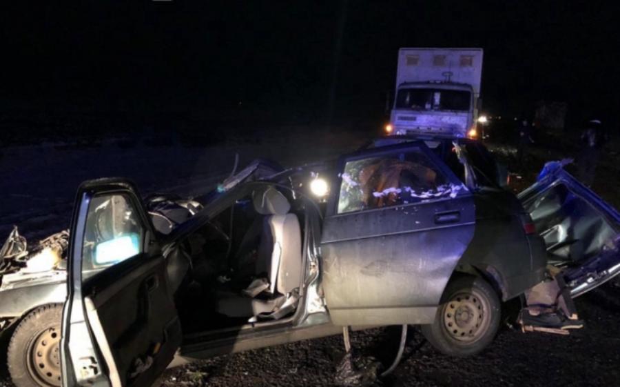 В Тарумовском районе ВАЗ врезался в стоящий на обочине КамАЗ: погибли два человека