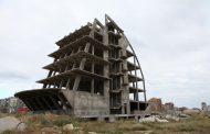 Мэрия Махачкалы требует снести 6-этажное здание-«парус» у озера Ак-Гёль
