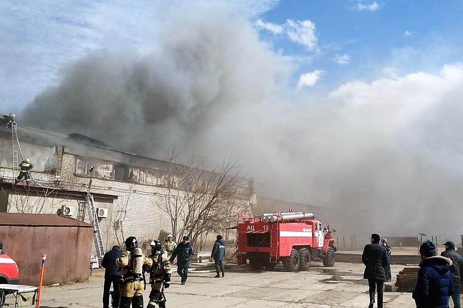 Офисное здание и торговый павильон горят в Махачкале (ФОТО)