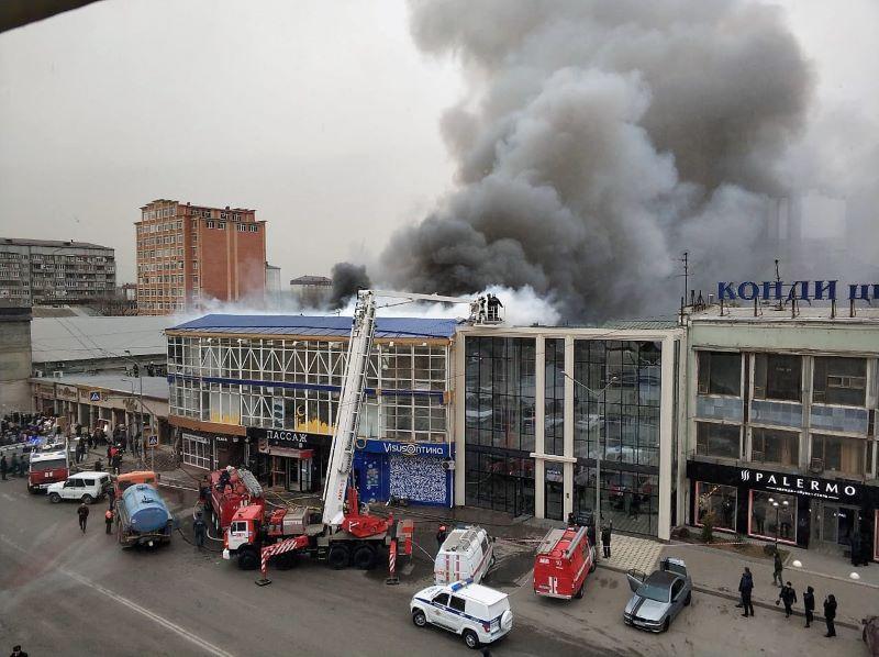 В Махачкале горит крыша торгового центра «Пассаж»