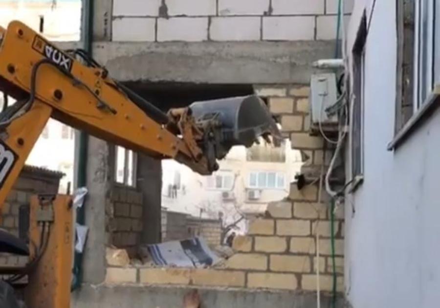 В Дербенте по решению суда снесены три этажа пятиэтажной пристройки