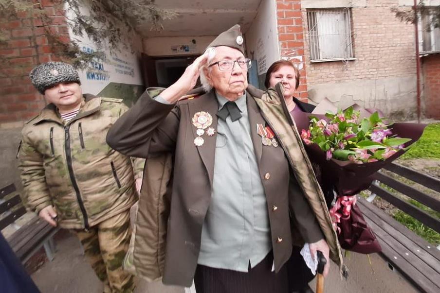 В Кизляре для ветерана Великой Отечественной провели персональный парад (ФОТО)