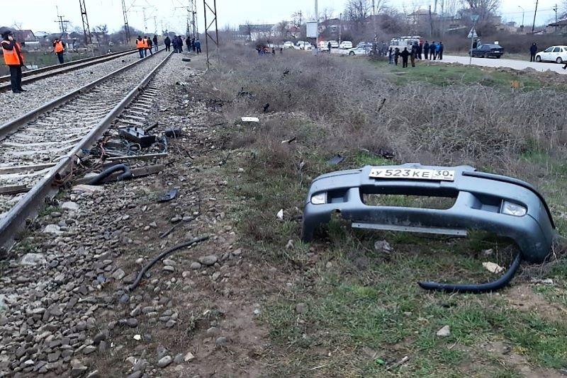 В Избербаше локомотив протаранил автомобиль: два человека погибли