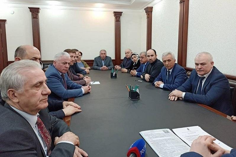 Владимир Иванов представил врио мэра Дагестанских Огней коллективу городской администрации