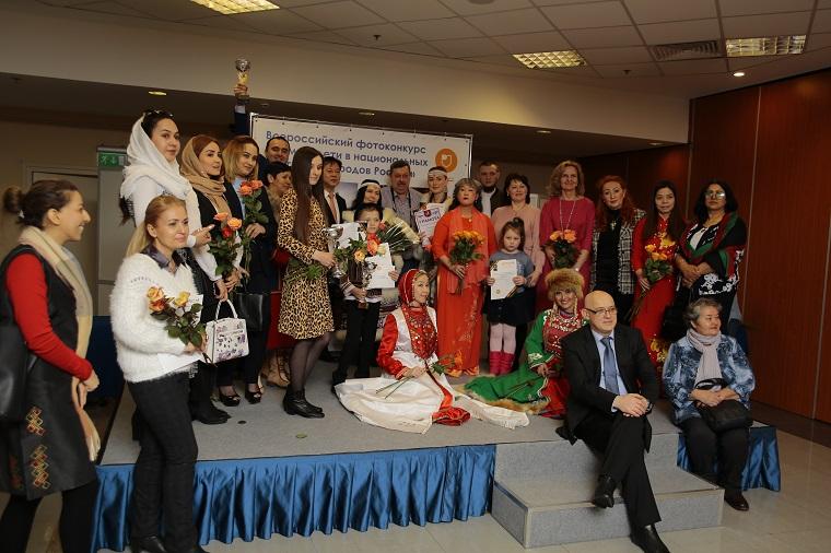 В Москве открылась фотовыставка работ участников конкурса «Мама и дети в национальных костюмах народов России»