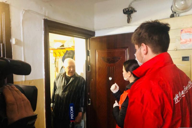 Дагестанские волонтеры-медики помогают пожилым людям