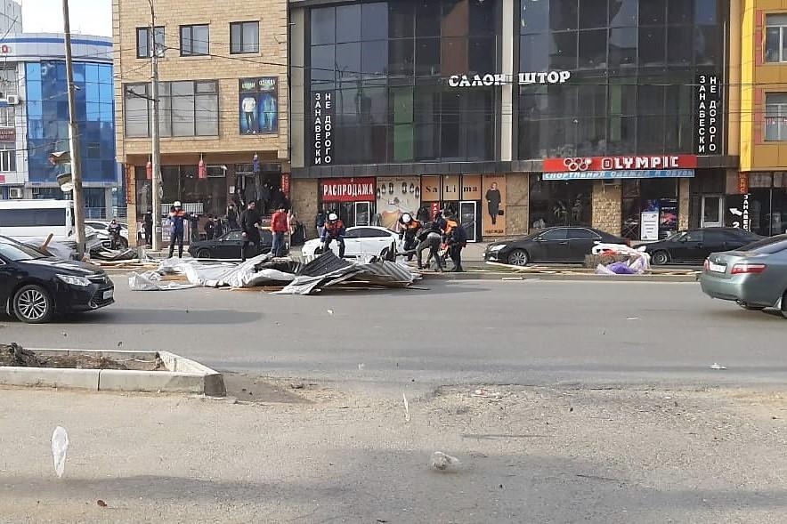 Ветер сорвал крышу со здания фирмы «АС» в Махачкале: пострадали два человека (ВИДЕО)