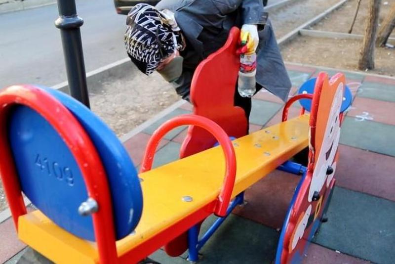 В Махачкале начали обеззараживать торговые центры и детские площадки