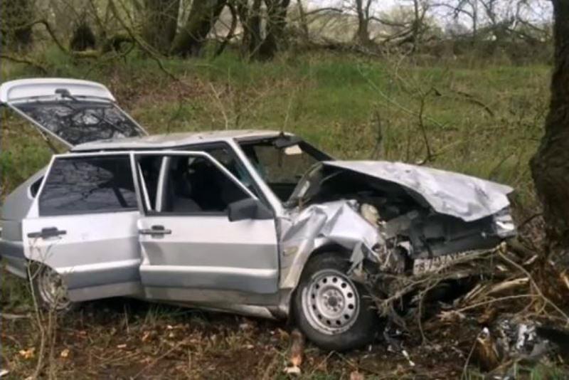 В Кизлярcком районе автомобиль врезался в дерево: погиб человек