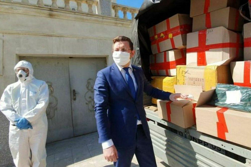 Два депутата закупили для больниц в Махачкале 15 тысяч масок и 600 комбинезонов