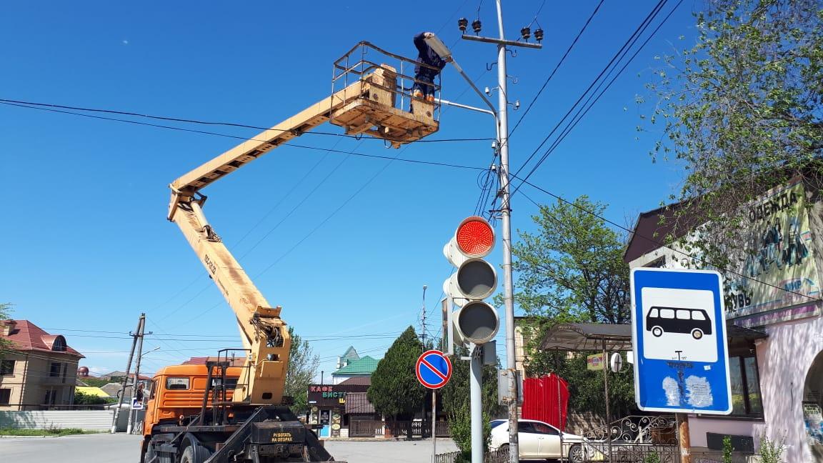 В Кизилюрте продолжаются работы по ремонту уличного освещения