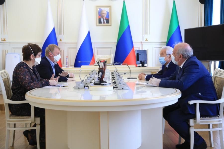 Глава Дагестана встретился с Анатолием Чубайсом и Анной Федермессер
