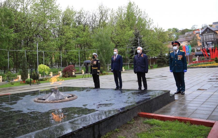 Владимир Васильев возложил цветы к Вечному огню в Махачкале