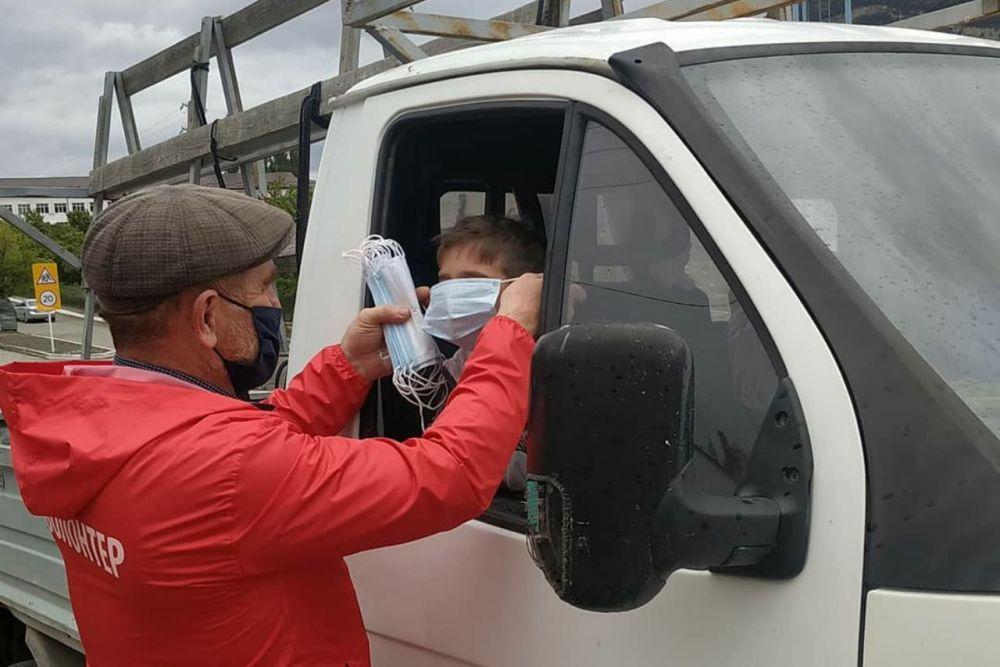 Роспотребнадзор обязал всех носить маски в общественных местах, в том числе в такси и лифтах