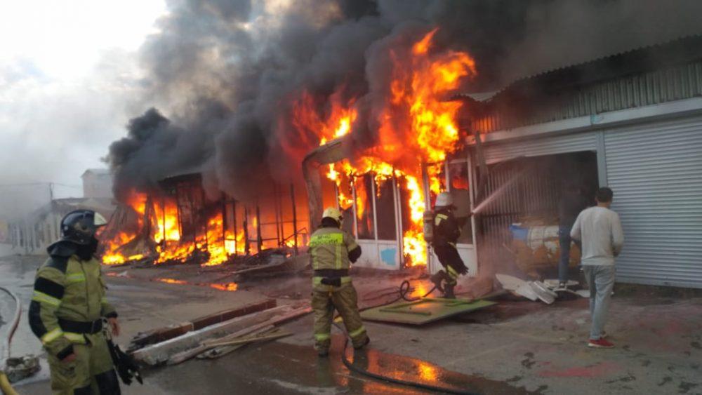 МЧС устанавливает причины пожара на рынке у Южной автостанции в Махачкале